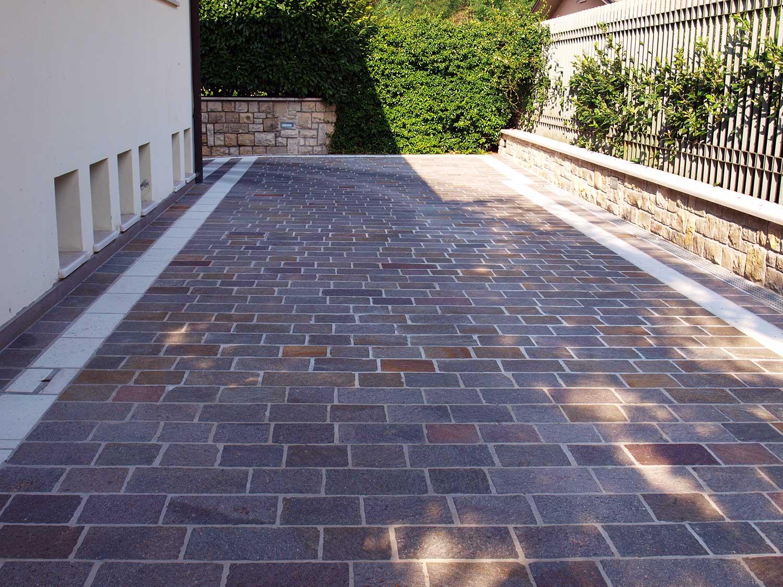 Casa privata in porfido e fascia botticino pavimenti per - Pavimentazione esterna casa di campagna ...