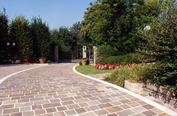 Due pose di Porfido per questa casa-giardino