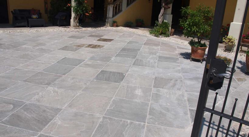 Cortile in quarzite grigia pavimenti per esterni in pietra