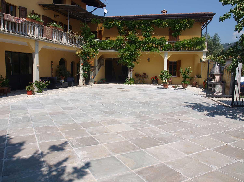 Cortile in quarzite grigia pavimenti per esterni in for Appia infissi srl