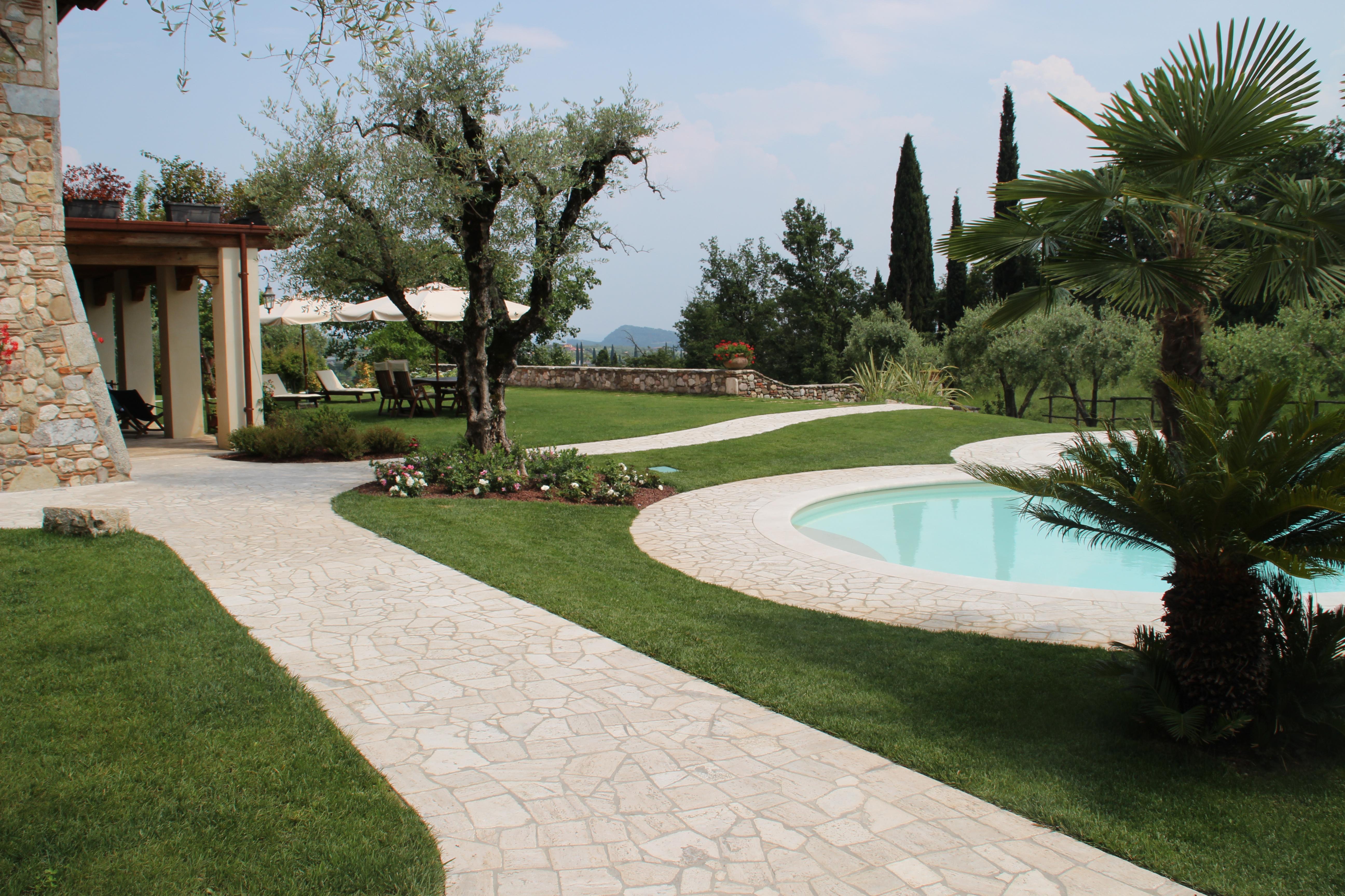 Mosaico travertino per decorare un paesaggio lacustre - Pavimentazione esterna casa di campagna ...